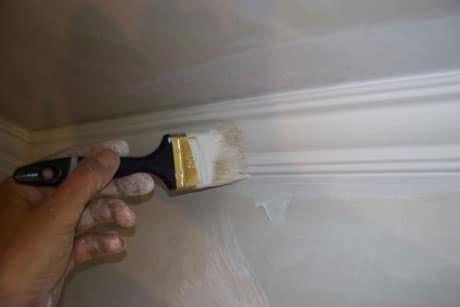 Окрашивание потолочного плинтуса