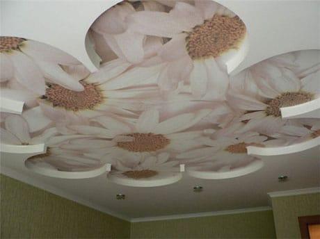 Декоративный комбинированный потолок