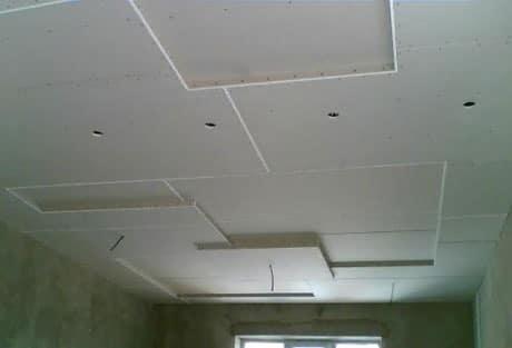 Несколько уровней геометрической формы для потолка