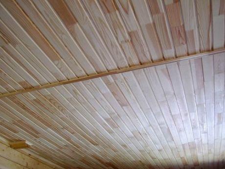Деревянный потолок из вагонки