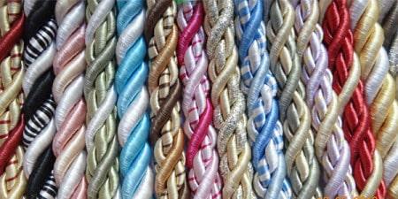 В супермаркетах предлагают большой выбор шнуров для декорирования натяжных конструкций